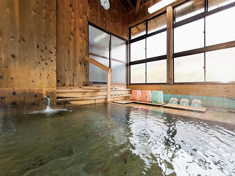 湯量豊富な源泉が湯船にあふれる