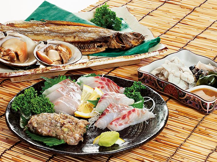 鮮魚と干物。手前はタイの刺身とアジのなめろう、右がアンコウのとも酢。奥はお取り寄せ商品のヤナギガレイの干物を素揚げしたもの