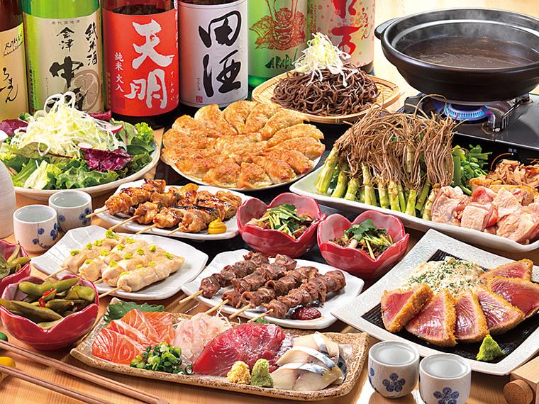 刺身盛り合わせや串焼き3種、円盤餃子などが味わえる4,000円コースの一例