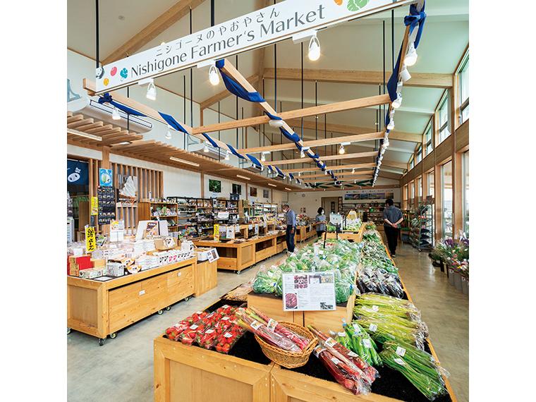 広々とした店内には農産物や加工品のほか、土産用の菓子や地酒、民芸品も揃う