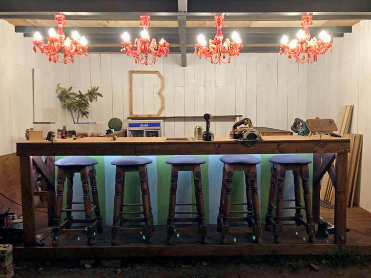 バーカウンターがリニューアルし、ビールなどアルコール類も500円から注文できる