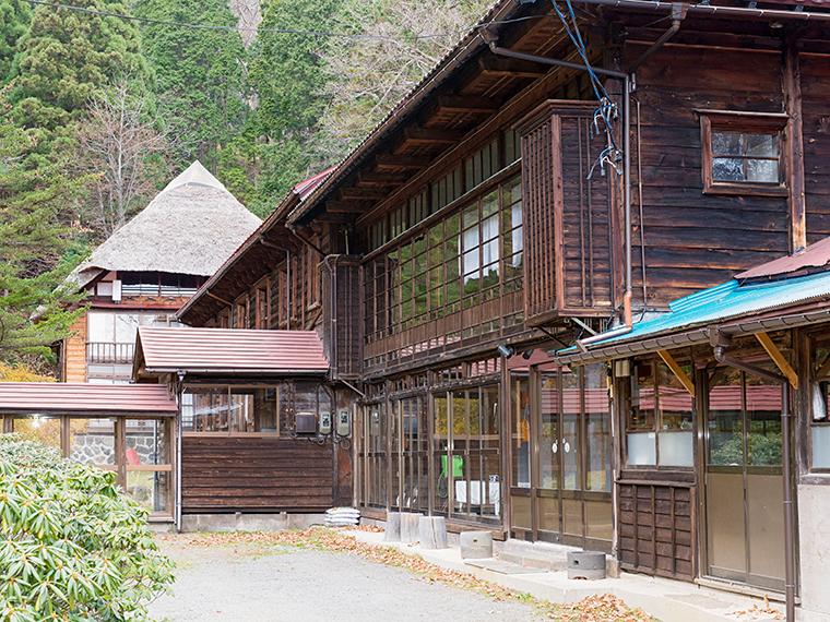 明治時代に建てられたという茅葺屋根の宿は懐かしさがこみ上げてくる