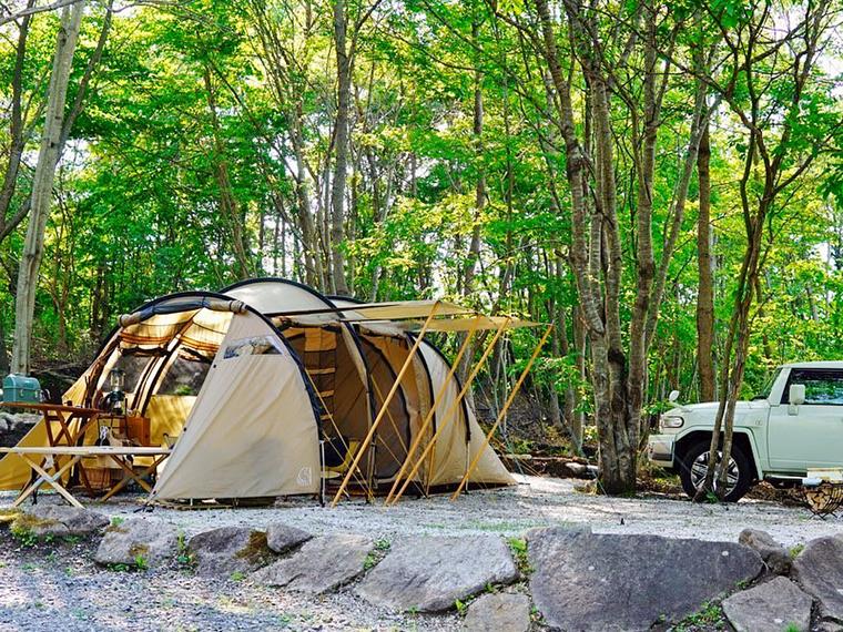 砂利のため水はけ良好のテントサイト。AC電源付きサイトはプラス1,100円