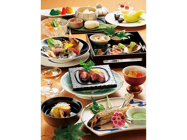 2020年8、9月の夕食の一例。「走り」の早松茸、「旬」のハモ・ウニ、「なごり」のアユなど、季節感を大切にした料理が一皿ずつ運ばれてくる