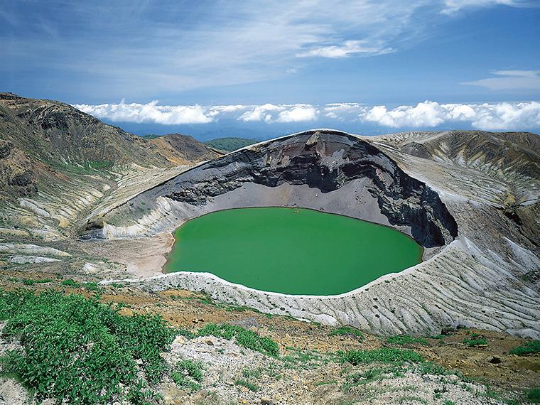 約26kmにわたる山岳道路「蔵王エコーライン」の先にある景勝地・御釜。途中には3つの滝を眺められる展望台「滝見台」も