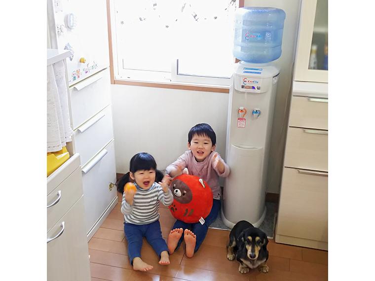 サーバーは冷水も熱湯も使える。熱湯には子どものいたずら防止用に「チャイルドロック」機能が付いていて安心!