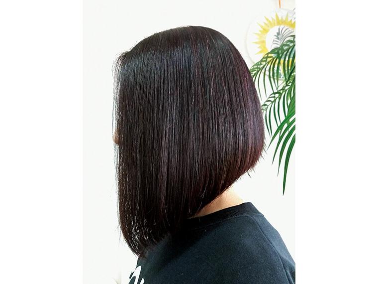 すきバサミを使わず、髪を一つまみずつカットする「オリジナルドライカット」。キレイな丸みとフワッとした軽さ、指通りの良さが特徴