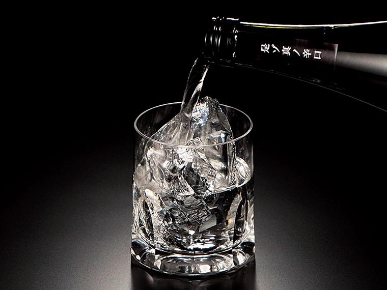キャッチコピーは「ロック推奨 燗ツケ厳禁」。アルコール度数19度、720ml・2,200円。酒販店、ネットショップ、他で購入可