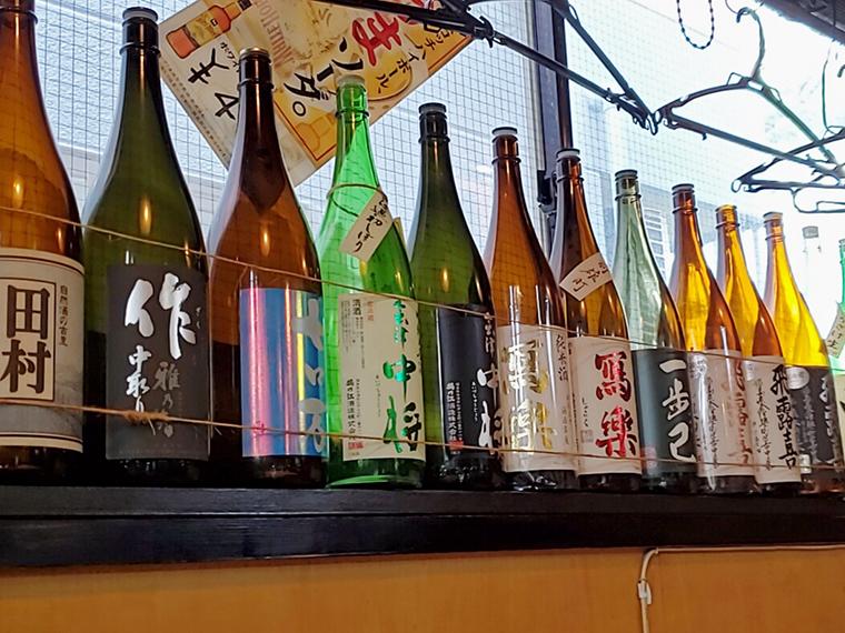 ずらりと並んだ銘酒の瓶に心躍ります
