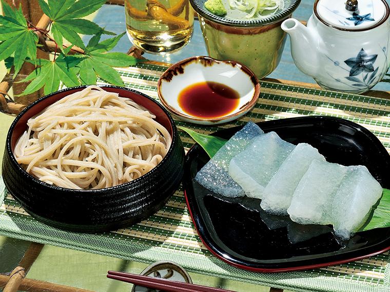 「十割生そば」と「刺身コンニャク」。つなぎを使わず、昔ながらの湯ごねで打つそばは、のど越し良くなめらか。もちっとした食感の刺身コンニャクにもファンが多い