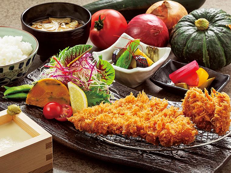 「エゴマ豚ロースとヒレカツ定食」(1,397円)。自家製升豆腐、旬の野菜料理の小鉢、ご飯、味噌汁が付く