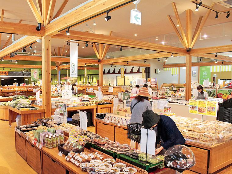 「アグリエの森」には、「茶っぽりん」や「フードコート」の他、地元野菜の直売所をはじめ、お菓子や加工品を扱うお土産コーナーもある