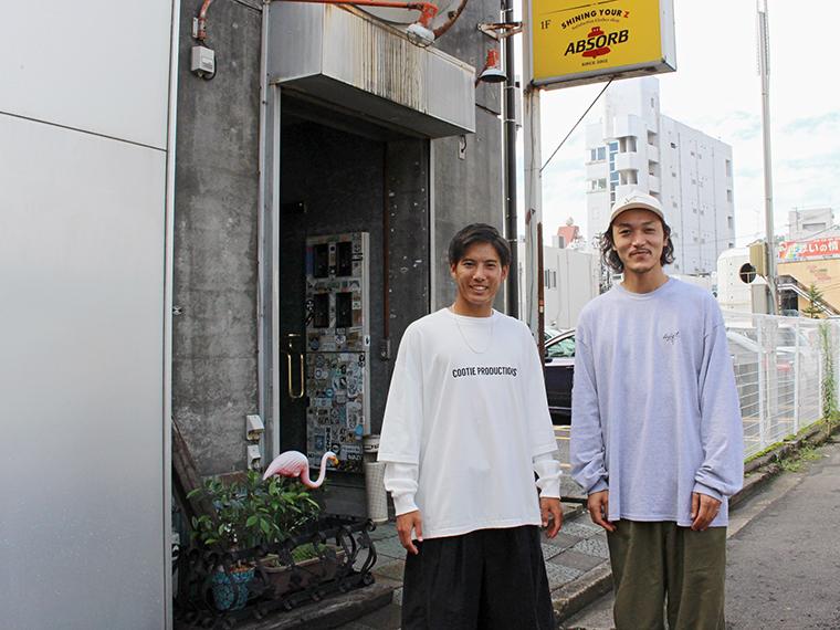 撮影後に「ABSORB」の盛藤さんと一緒に!お店は路地裏にあります