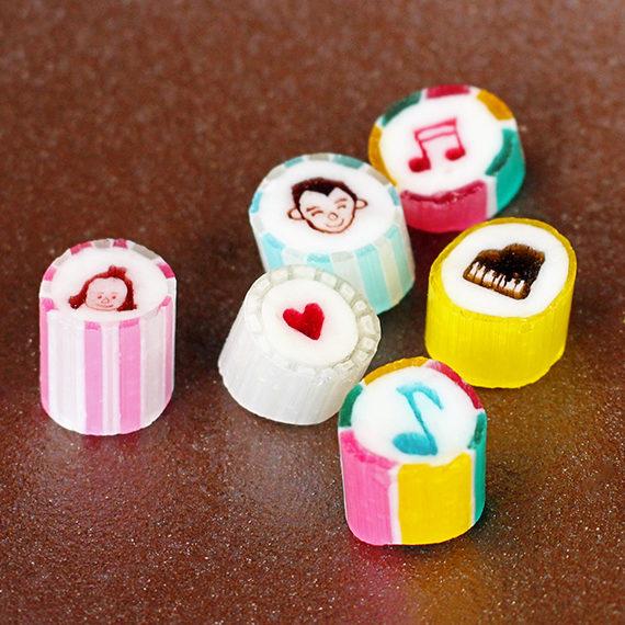 キャンディーには、音符やハートなどかわいらしい柄が…