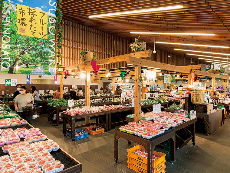 道の駅内の「くにみ市場」。店頭の果物や野菜は日を追うごとに次々と入れ替わる。少量生産品もあり、何度行ってもその時だけの出会いを楽しめるのが直売コーナーならでは