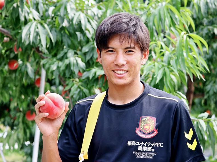 福島ユナイテッドFC農業部の活動より「桃と前田選手」。オンラインで農業部の作った農作物も購入できます!