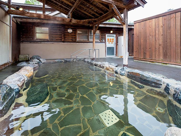 静けさの中で湯浴みを楽しめる露天風呂