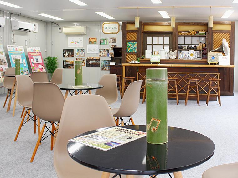 休憩スペースのテーブルの上には竹灯籠が