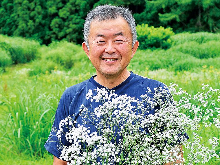 【菅家博昭さん】1959年生まれ。葉タバコ栽培を経て、1984年からカスミソウ栽培に着手。「昭和花き研究会」の設立に参加し、2014年まで会長を務めた。奥会津地域の歴史、民俗の研究も広く行っている