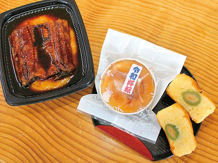 「令和好転」(160円)は手土産にも最適!『もち傳』では写真の「うなぎ餅」の他、日替わりで約8種類の餅を揃える