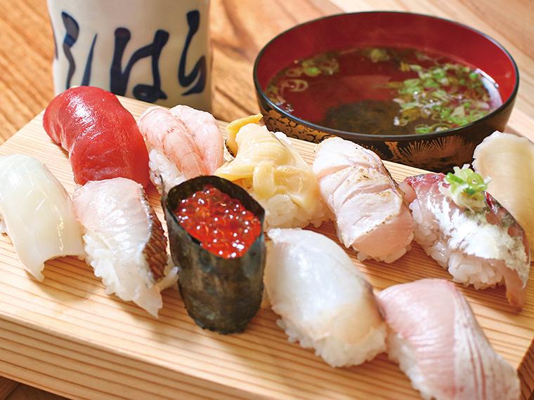 【新潟のタウン情報誌「月刊にいがた」おすすめ】「いしはら寿司」の「地魚10貫にぎり」(2,750円)。佐渡島の海で獲れた新鮮な魚介を召し上がれ!