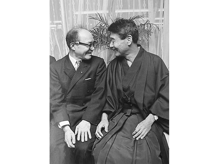 棟方志功(左)と草野心平(1970年11月)