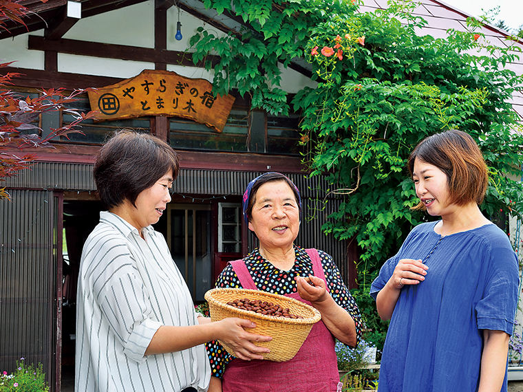 畑仕事や米作り、山菜やキノコ採りまで、すべて一人でこなす皆川さん。健康の秘訣を聞くと「やっぱり食べ物。自分で作った物や自然のものが一番」とのこと。明るい人柄も人気の理由だ