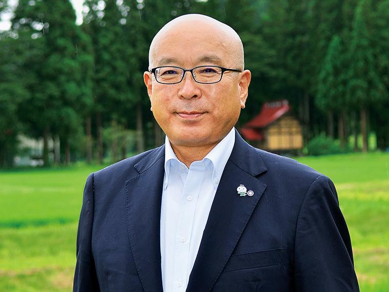 【昭和村長・舟木幸一さん】1956年生まれ。昭和村役場の総務課長としてさまざまな事業の立ち上げに携わる。退職後は2年間、福井県の曹洞宗の寺院で修行を積んだ異色の経歴の持ち主。「昭和村役場は人数は少ないが若い職員も多い。彼らの感性をどんどん施策に取り入れていきたい」と話す。2018年4月より現職