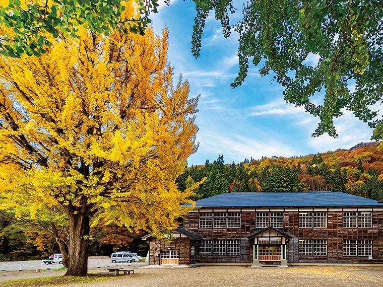 2013年に公開された映画「ハーメルン」のロケ地ともなった喰丸小学校。併設の『蕎麦カフェSCHOLA(スコラ)』では十割そばなどがいただける(写真/市川幹人)