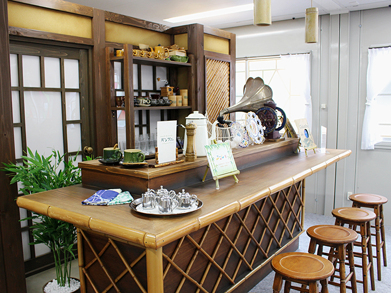 ユニットハウスに一歩足を踏み入れると目の前に「喫茶バンブー」のカウンターが!!