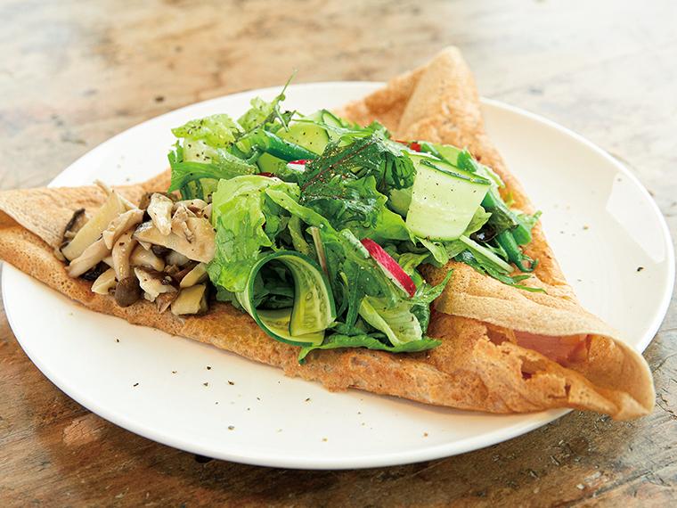 【山形のタウン情報誌「ZERO★23」おすすめ】「Goose Cafe」の「季節の野菜とそば粉のガレット」(880円)。尾花沢市のオートキャンプ場内にある