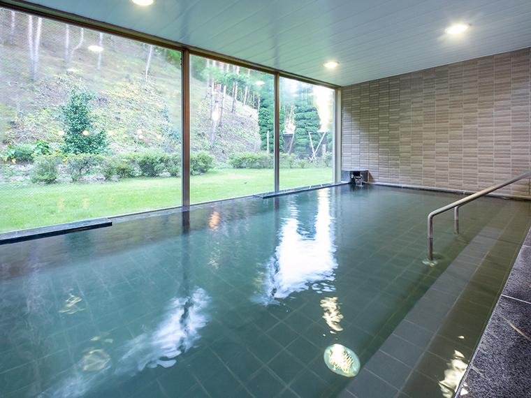 ガラス張りで眺めが良い大浴場