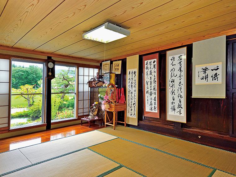 皆川さんの自宅でもある『とまり木』は築100年を超える古民家。居間の続きにある15畳の座敷が宿泊スペースとなっており、歴史を感じさせる重厚な板戸に、いくつもの掛け軸が並ぶ。一度に2組まで、計8人が宿泊可能