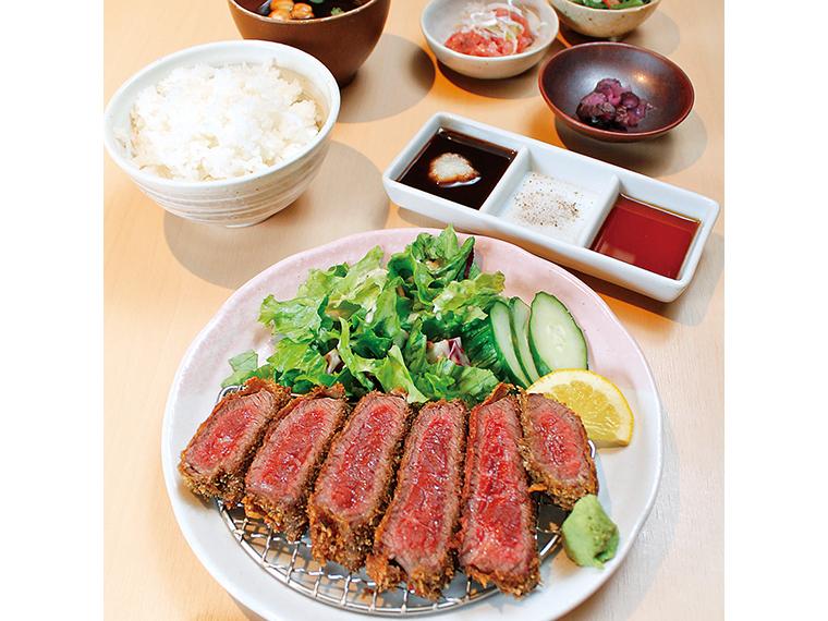 「KUMAの和牛レアカツ御膳」(1,280円)。レアカツ・小鉢・ご飯・みそ汁付き※1日10食、ランチタイム限定