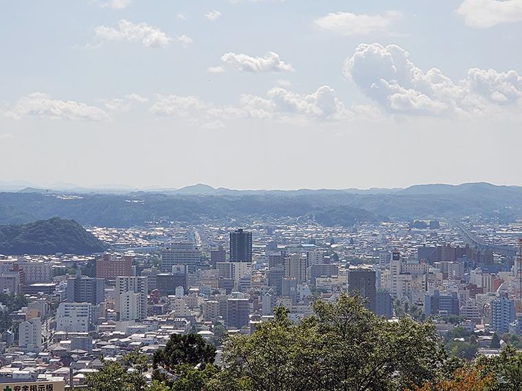 歌碑の目の前にある第一展望台からの景色。福島盆地の南側が一望できます