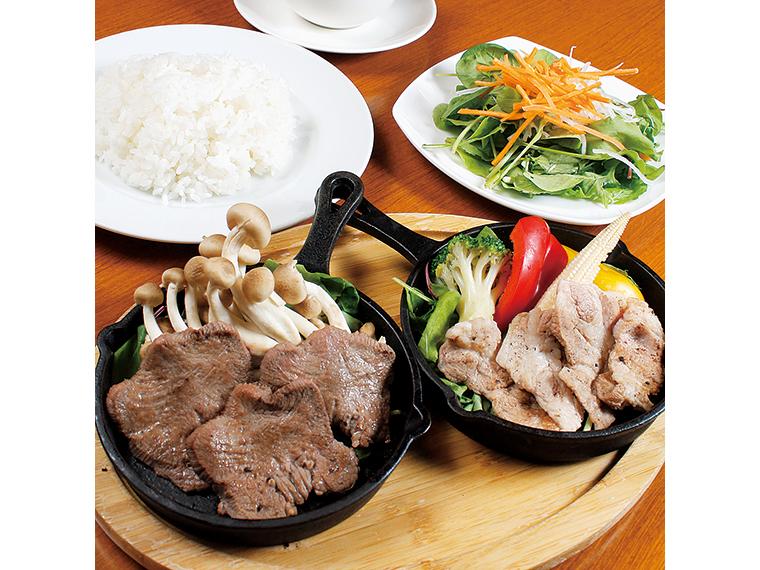 「2種類選べるランチ定食」(858円※ドリンク、サラダは別途)。メインは6種類中から2種類、主食はごはんかパンから選べる