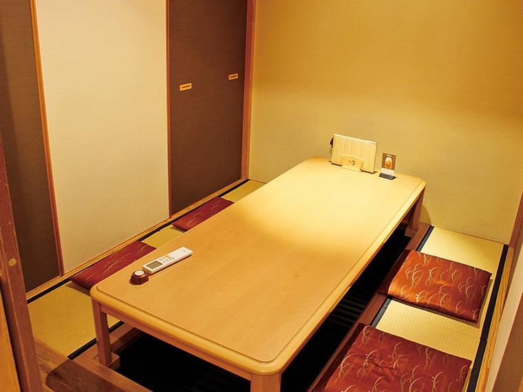 個室は2階にある。4人から6人部屋が4室。8名まで利用可能な部屋が1室