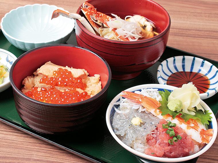 「漁亭 浜や」では、閖上しらすをはじめとする、新鮮な魚介類が味わえる。写真はミニはらこめしとミニ海鮮丼がセットの「秋のミニ丼セット」(1,780円)。提供は11月末まで