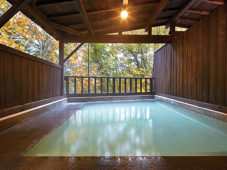 高原の風と景色に癒やされる露天風呂