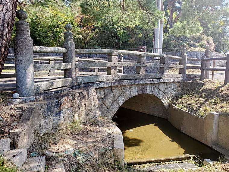 これが旧秡川橋。もともとは200mほど東側の秡川に架かっていたものを昭和45年に移設したそう。福島市有形文化財になっている貴重な建築物