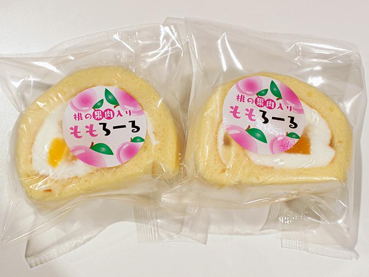 オリジナル商品の、桃の果肉入り「ももろーる」(1個・230円)