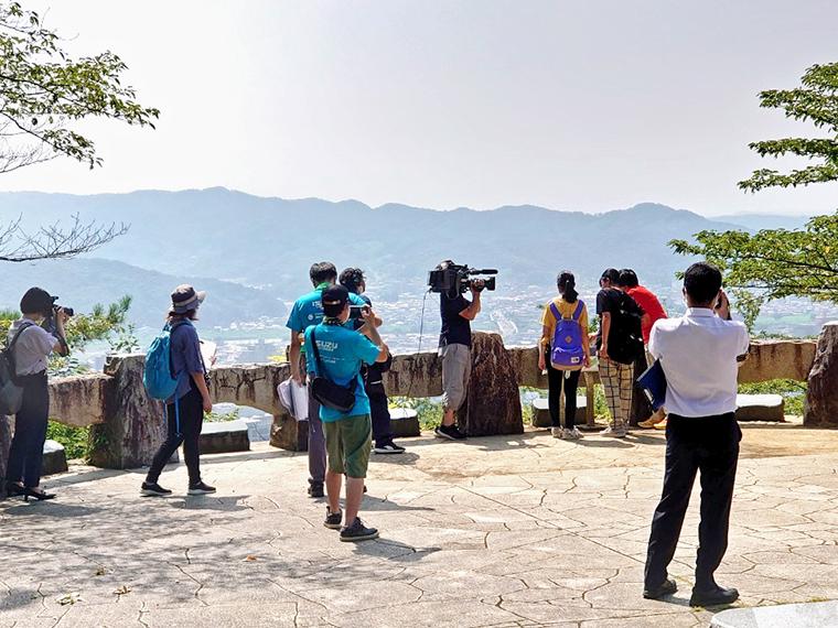 撮影の様子。例年開催している「信夫山パークランニングレース」のコースをなぞって、福島市の歴史や文化、観光について紹介している
