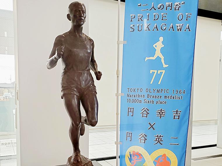 須賀川市役所ロビーに展示されている円谷幸吉のブロンズ像。隣にある「二人の円谷」と書かれたノボリが示すように、今でも須賀川市民にとって2人はヒーローなんです!
