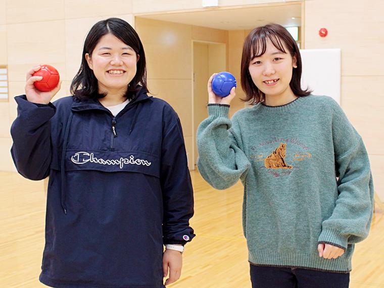 福島大学に通うゆりなさん(左)、みつきさん(右)が体験※撮影のため、マスクをはずしています