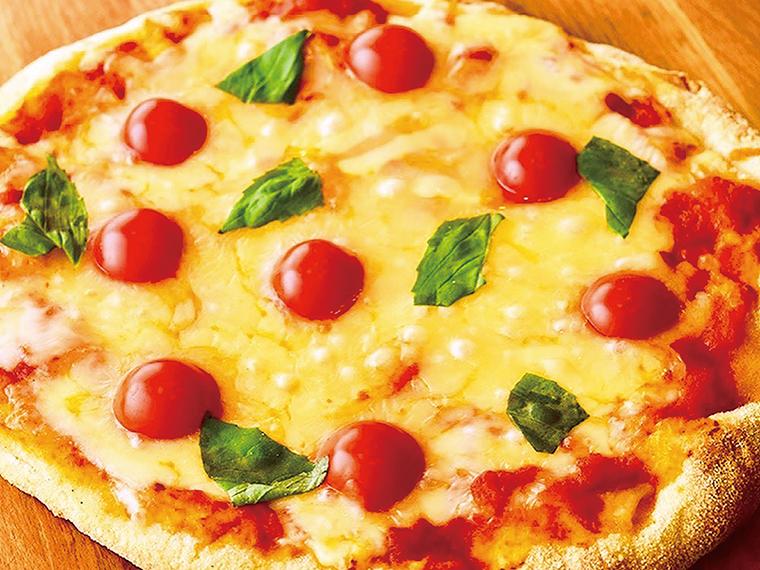 写真は直径約26cmのマルゲリータピザ。フレッシュトマトとチーズの風味が美味! ※手作り生地のため、大きさに若干のばらつきあり