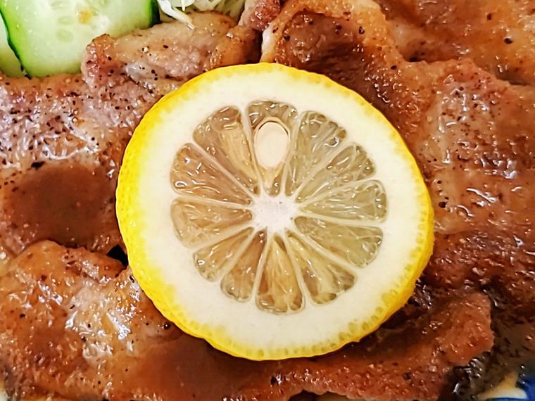 レモンはツイスト搾りして、焼き肉をさっぱりタイプに味変できる重要アイテム