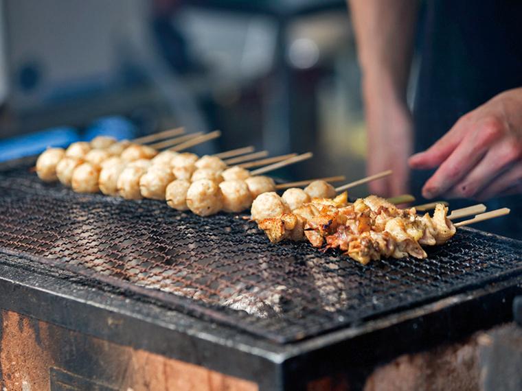 「川俣シャモまつり」ではシャモの焼き肉を味わえる。また、「道の駅かわまた」では、川俣シルク制作体験もできる!
