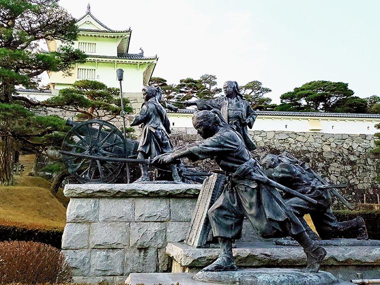 二本松城の入り口にある「二本松少年隊群像」。傍らにあるスイッチを押すと、この像についてのアナウンスと、福島三羽ガラスが作った曲「二本松少年隊」が流れます