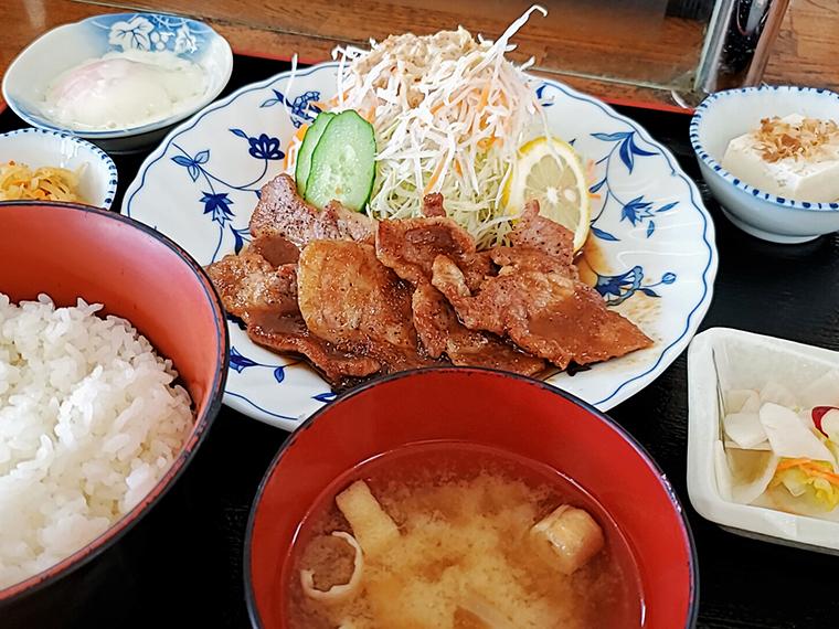 「焼肉定食」(1,000円)は小鉢群に囲まれた盤石の布陣