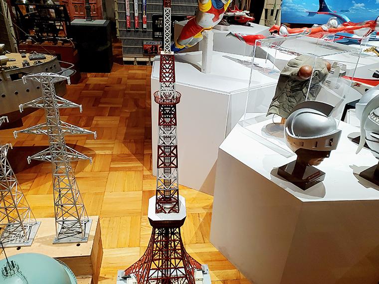 2020年11月にオープンしたばかりの「須賀川特撮アーカイブセンター」には、特撮ファン必見の貴重な資料がもりだくさん!ちなみに写真中央に写っているのは映画「モスラ」に使われた東京タワーの模型(再制作品)。入場無料で見られるのがうれしい!